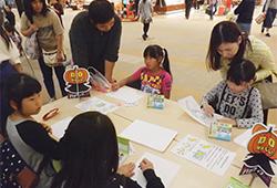 1.会場で子どもが絵を描きます